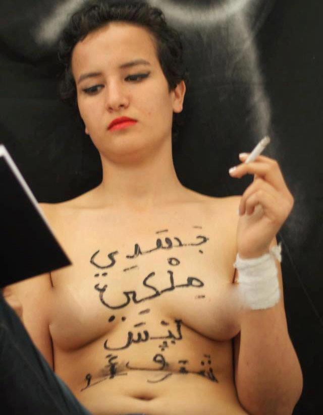 Condenan a muerte por lapidación a joven feminista por foto 'topless'