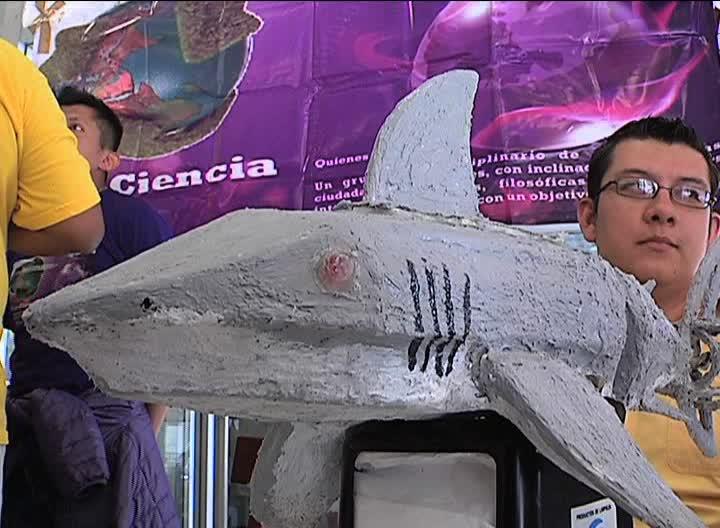Con robot en forma de tiburón, jóvenes fomentan interés hacia la robótica