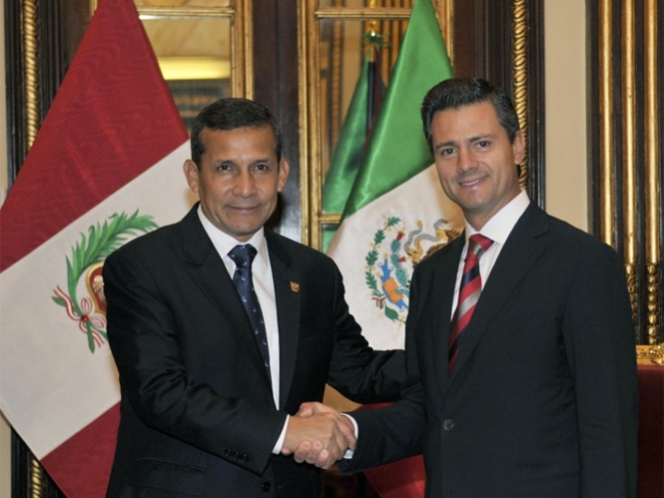 Peña Nieto regresa a México tras visita a Perú