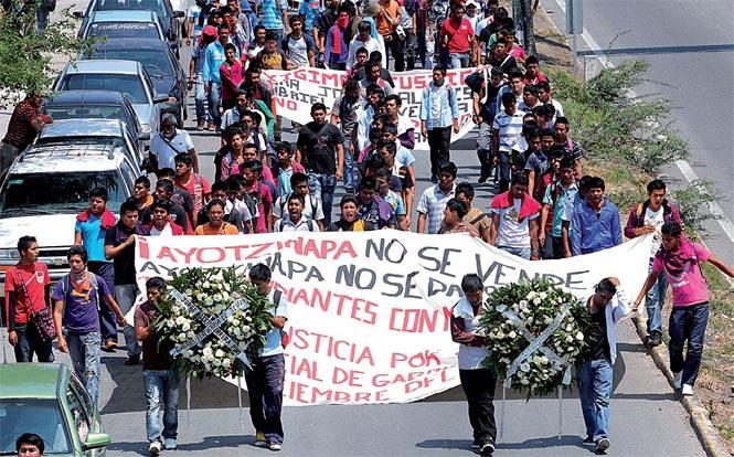 Maestros y normalistas de Guerrero atacan a pedradas la sede del SNTE