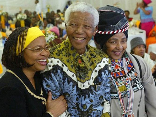 Nelson Mandela pasa el día con su familia en el hospital