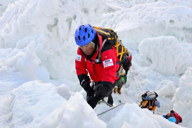 Japonés de 80 años, con cuatro operaciones de corazón, escala el Everest