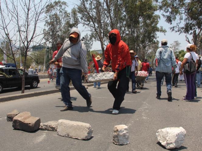 Maestros pintan edificios del gobierno de Guerrero durante marcha