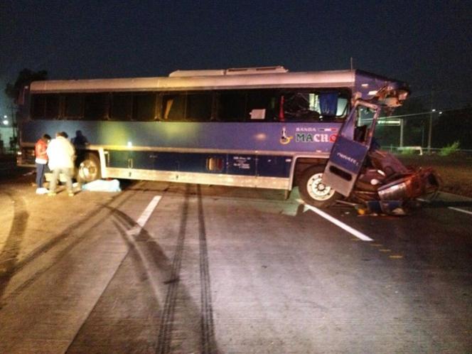 Choca el autobús de Banda Machos; muere el chofer
