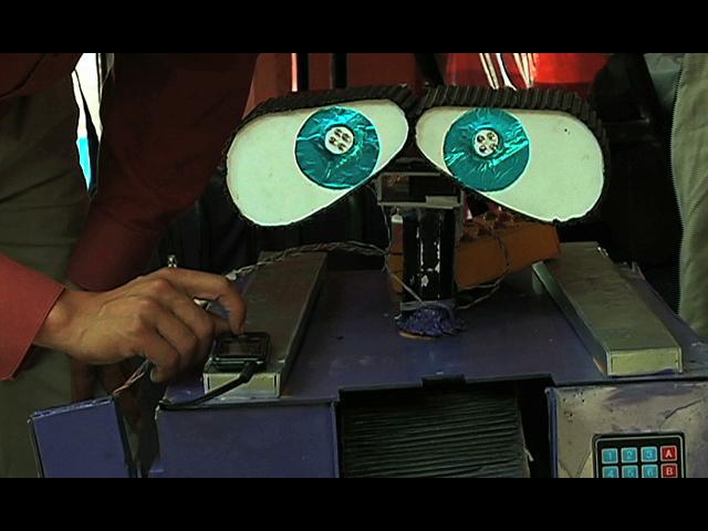 Warri, el robot construido con basura