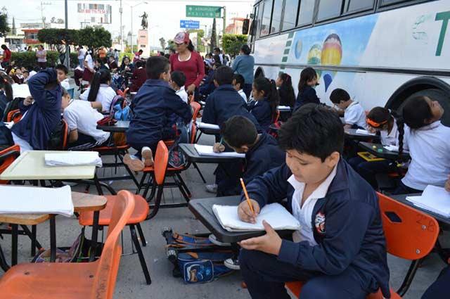 Por sismo, toman clases en las calles de Guerrero