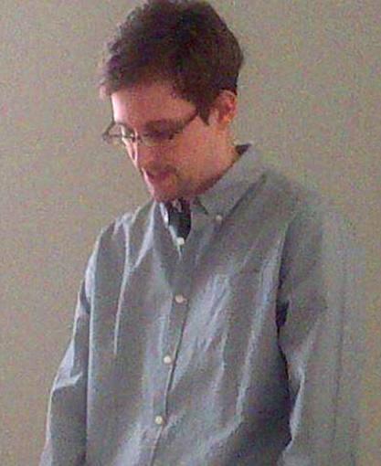 Snowden anuncia que pedirá asilo temporal a Rusia y acusa a EE.UU. de actuar fuera de la ley
