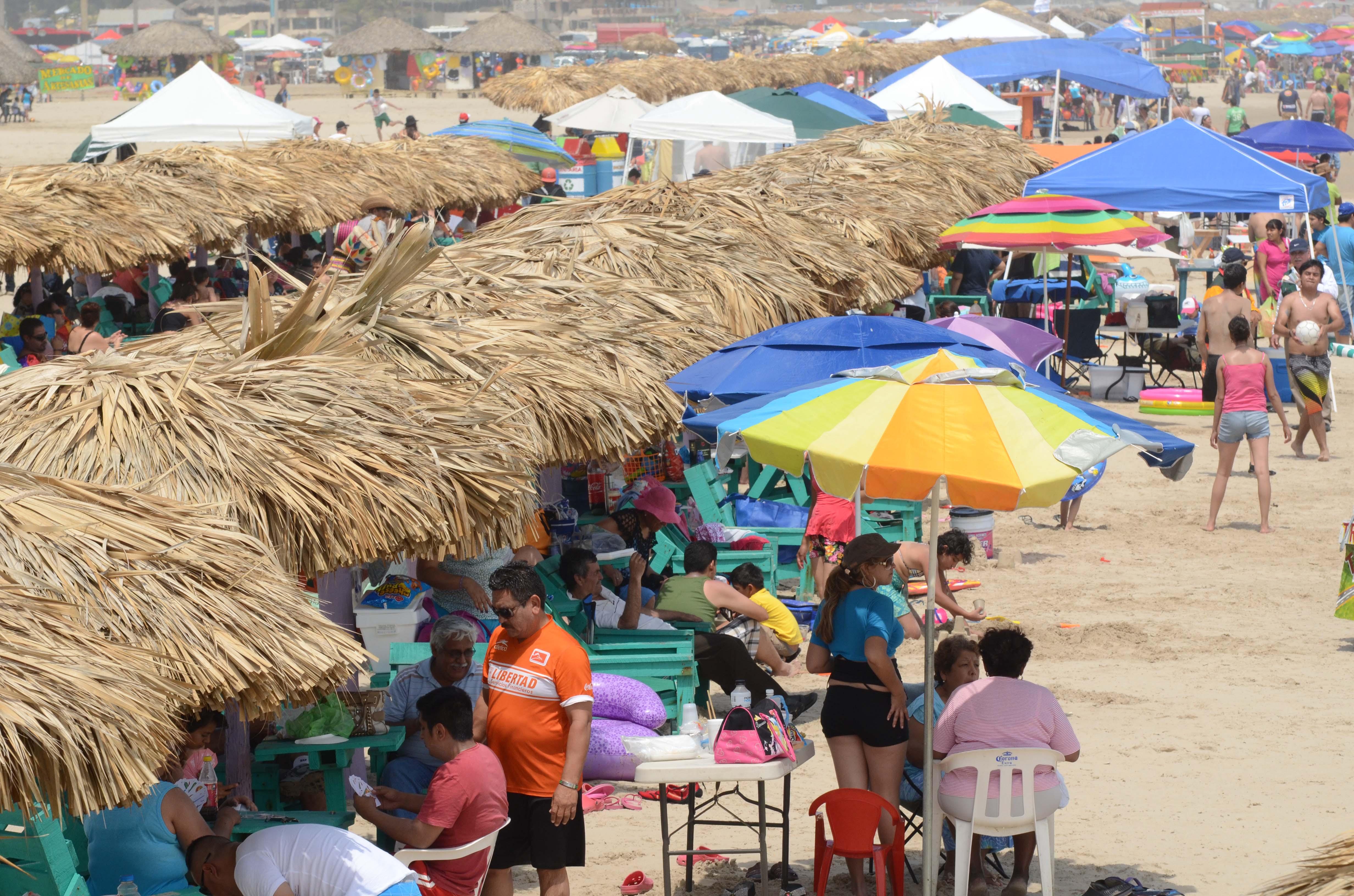 Con la llegada de los turistas aumentan las ventas de los palaperos en las playas de Veracruz