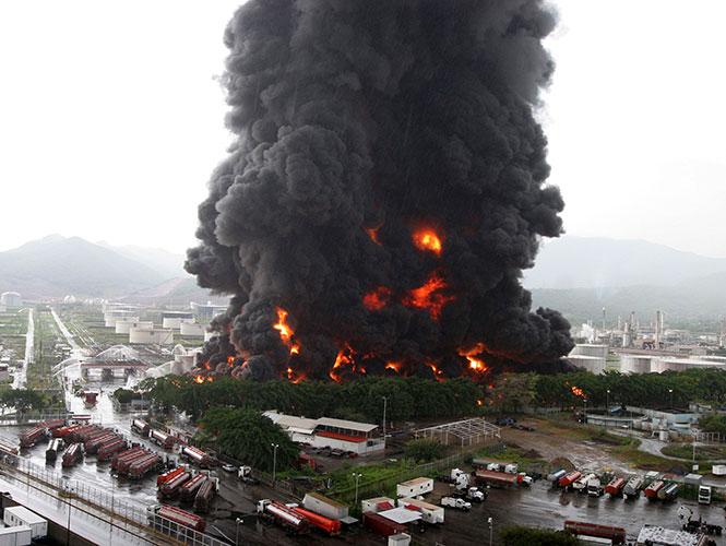 Rayo provoca incendio en petrolera de Venezuela