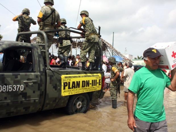 Ejército Mexicano distribuye despensas provenientes de Houston a damnificados de Chiconquiaco