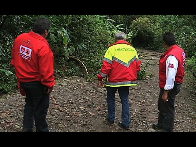 Grandes grietas parten a la localidad de Liquidámbar en Misantla; evacuan preventivamente a la población