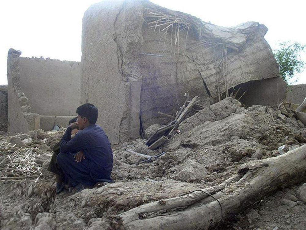Reportan 327 muertos por sismo en Pakistán