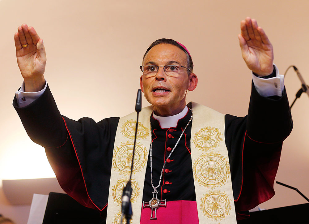 Suspende el Papa a 'obispo de lujo' tras escándalo de despilfarro