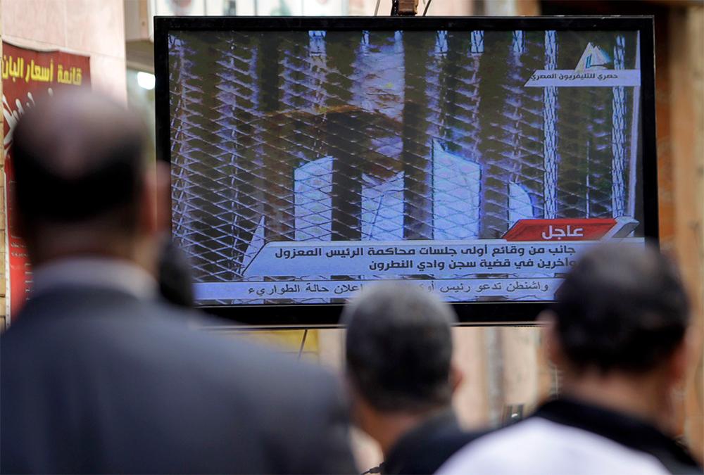 Ex presidente egipcio Mursi vuelve a desafiar a autoridades; aplazan juicio