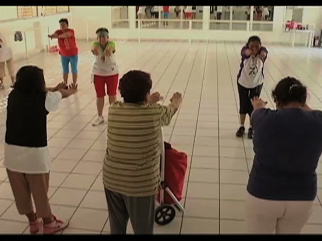 Abuelitas ponen el ejemplo al ejercitarse diario; participan en programa contra la obesidad del DIF