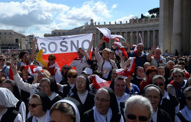 Miles de católicos asisten a misa de agradecimiento por Papas santos en El Vaticano