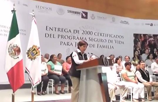 """Realizan entrega de 2 mil certificados del Programa """"Seguro de Vida para Jefas de Familia""""."""