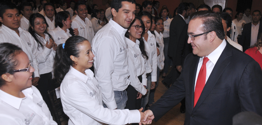 Entrega el gobernador Javier Duarte 284 plazas a maestros veracruzanos