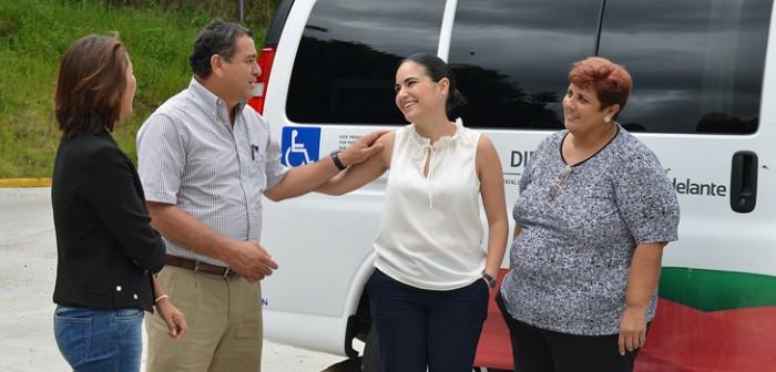 DIF estatal entrega transporte adaptado a Las Choapas