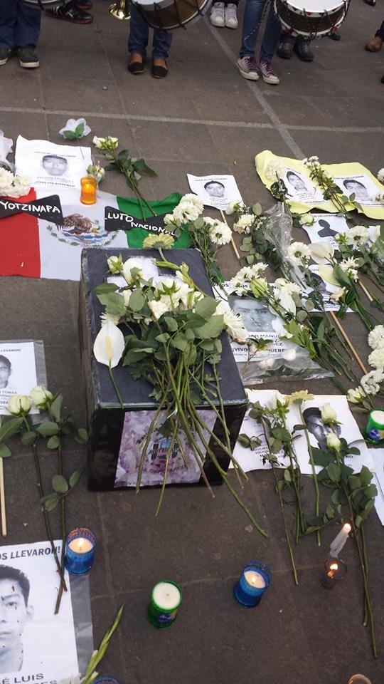 Marchan en Xalapa por desaparición de normalistas de Ayotzinapa