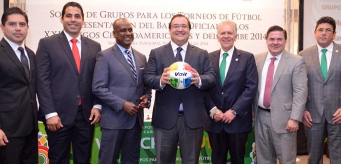 Presenta gobernador Javier Duarte balón oficial para los torneos de futbol de los JCC 2014