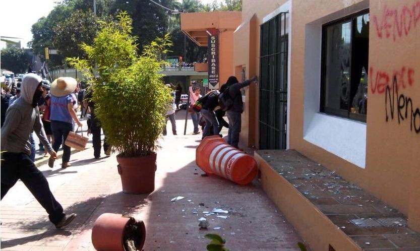 Con actos vandálicos conmemoran estudiantes de Xalapa el movimiento del 68