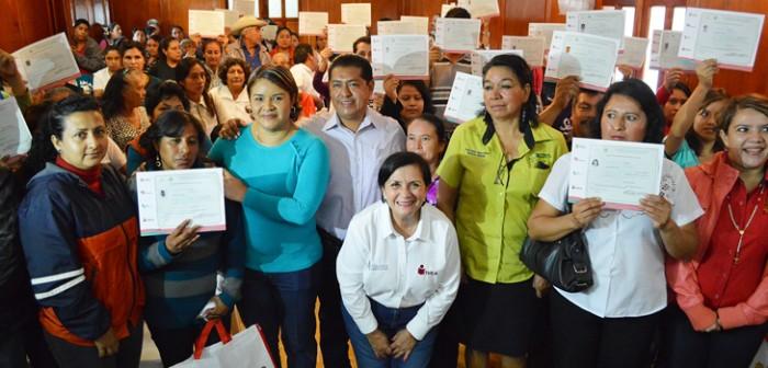Entrega IVEA certificados escolares y módulos Mevyt en Misantla y Juchique de Ferrer