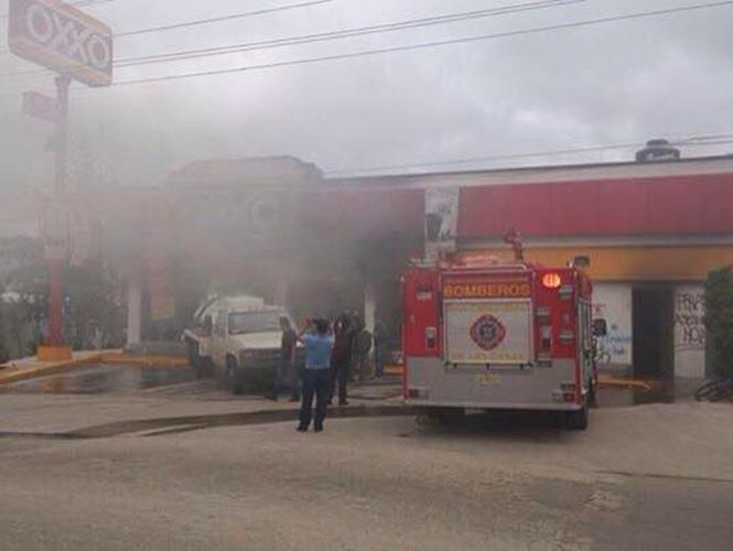 Embozados incendian tienda y causan destrozos en plaza de Chiapas