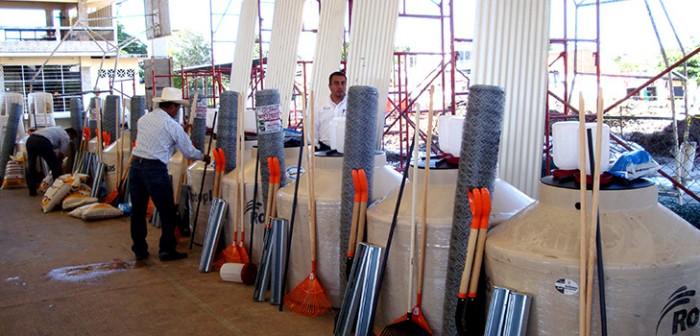 Entregan paquetes productivos de traspatio a 130 familias de la zona sur
