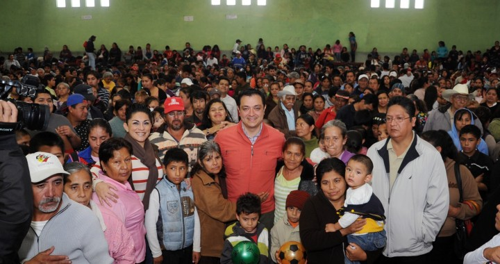 Ayuntamiento entrega apoyos navideños en 17 colonias de Xalapa