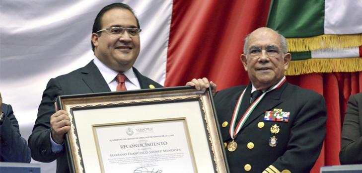 Entrega gobernador Javier Duarte medalla Adolfo Ruiz Cortines al Almirante Francisco Saynez