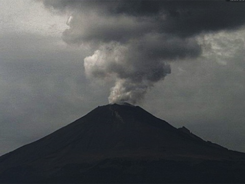 Popocatépetl registra 10 explosiones y emisiones de ceniza y gas