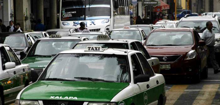 """Taxistas pierden hasta mil 200 pesos mensuales con el """"Hoy no Circula"""""""