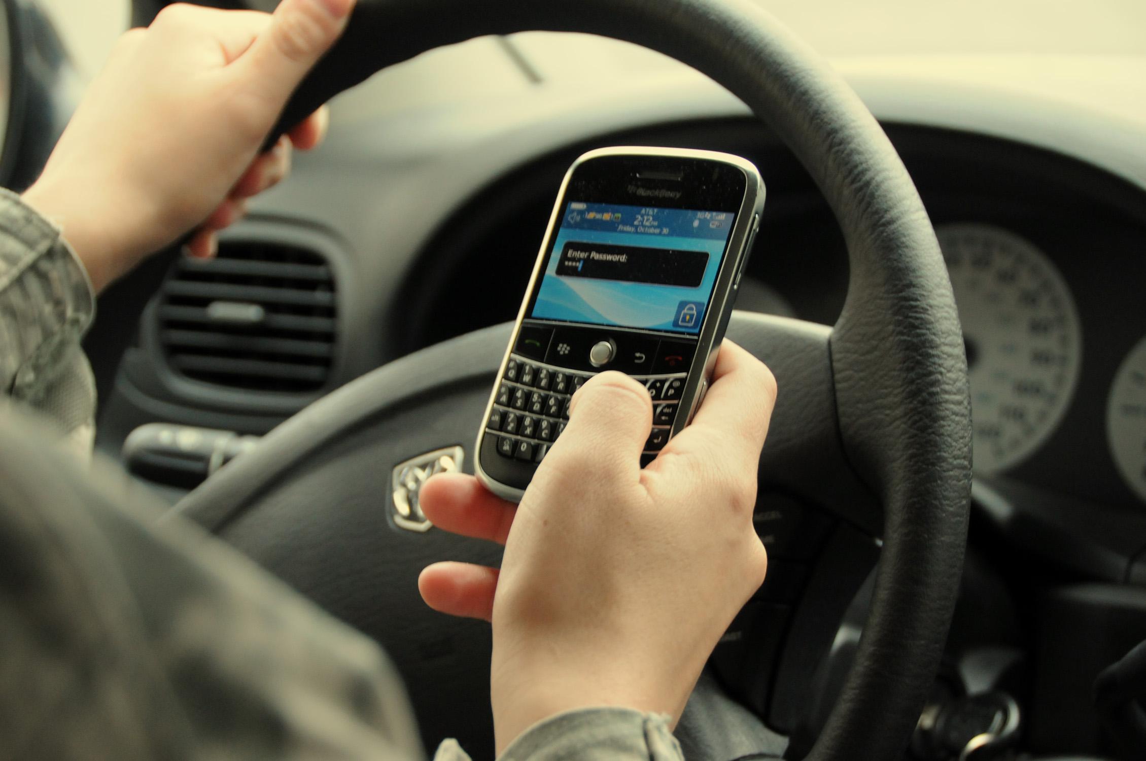 Exhortan a no utilizar el celular mientras se maneja para evitar accidentes
