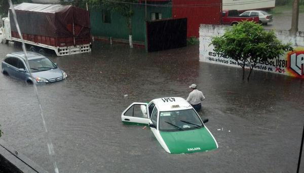 Tromba inunda calles y avenidas de Xalapa
