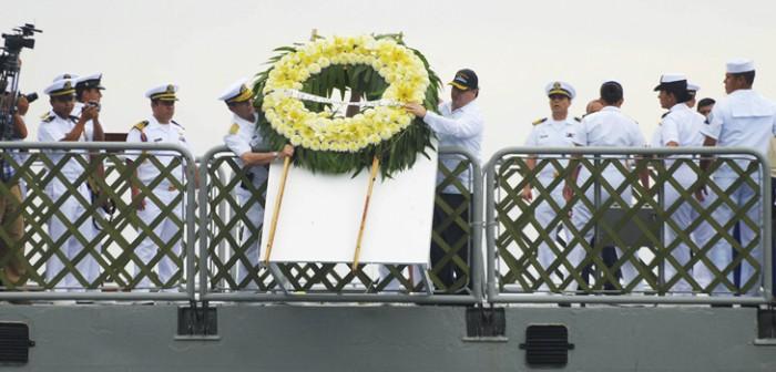 Encabeza Javier Duarte ofrenda floral a marinos caídos