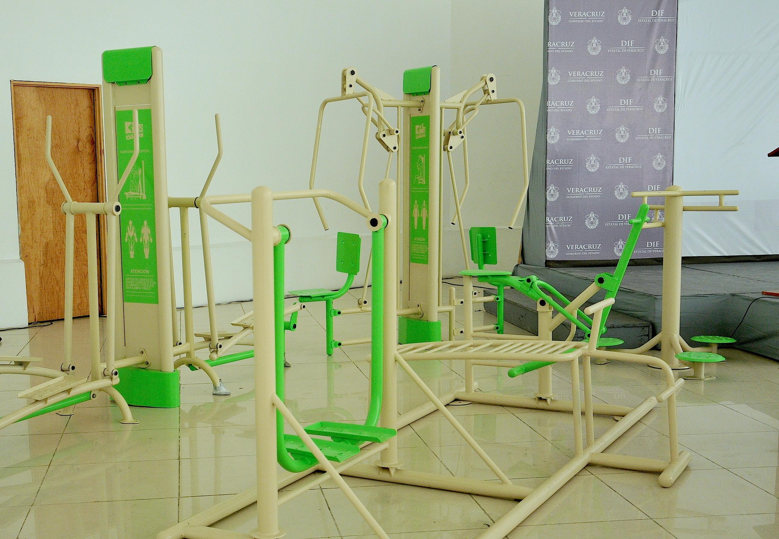 Entrega DIF estatal gimnasios al aire libre para combatir el sedentarismo y la obesidad