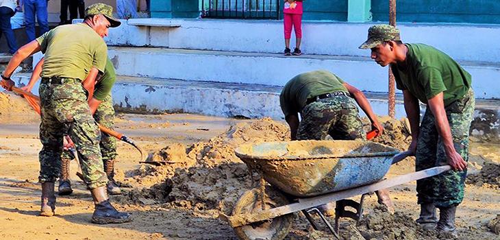 Atienden PC y Ejército Mexicano afectación por escurrimiento de lodo en escuela de Papantla