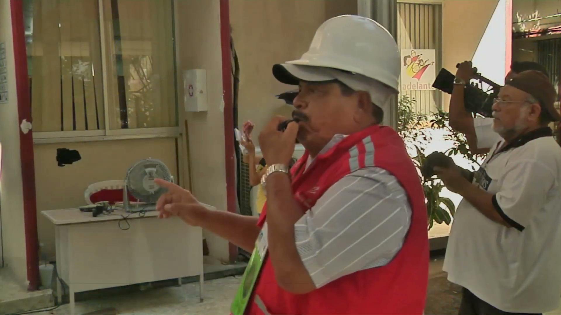 Evacuan  edificio de Sefiplan por simulacro de sismo