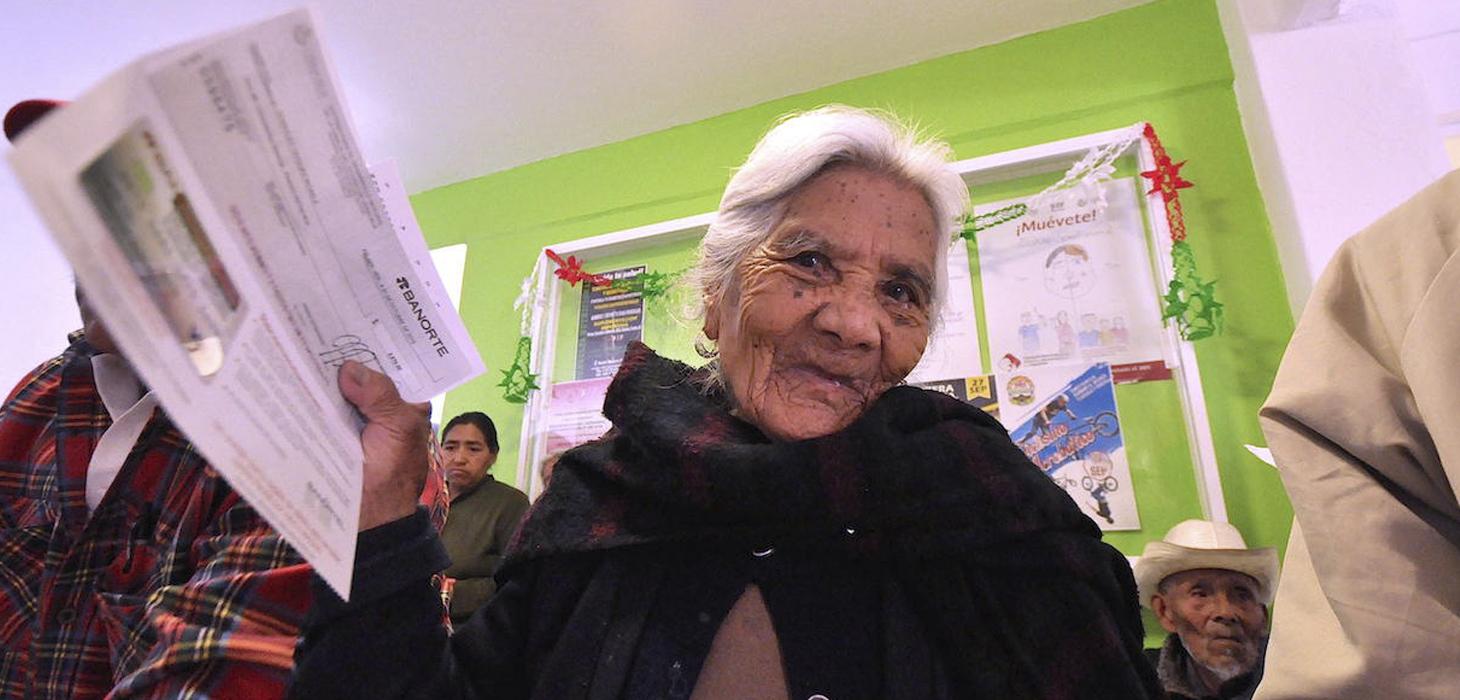 Adultos mayores de Perote reciben pago de pensión alimenticia