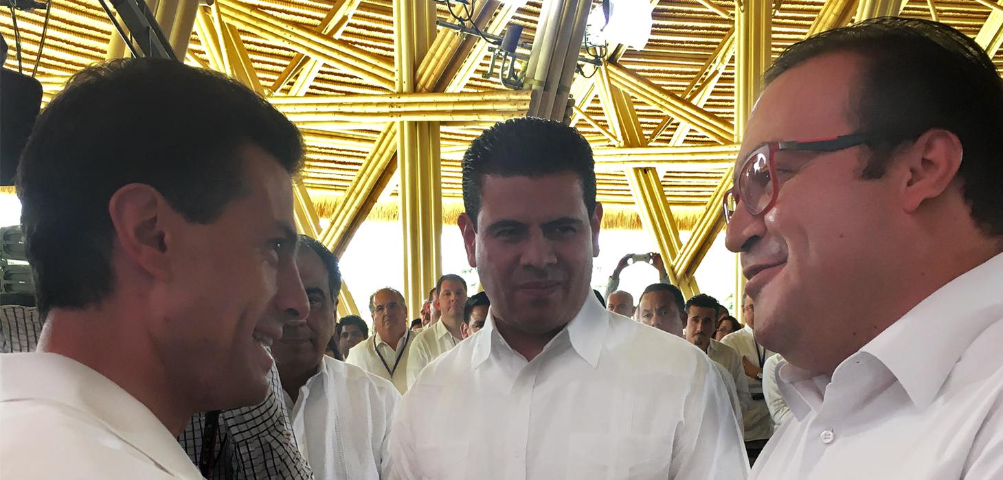 Firma Javier Duarte Convenio de Certificados de Infraestructura Escolar en reunión de la CONAGO