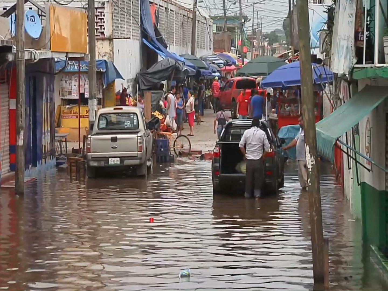Familias de Minatitlán se resguardan por riesgo de inundaciones