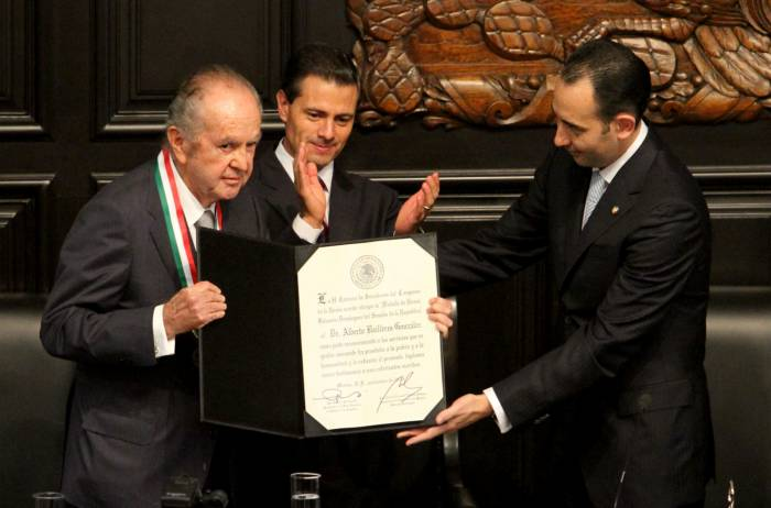El empresario Alberto Baillères recibe la medalla Belisario Domínguez