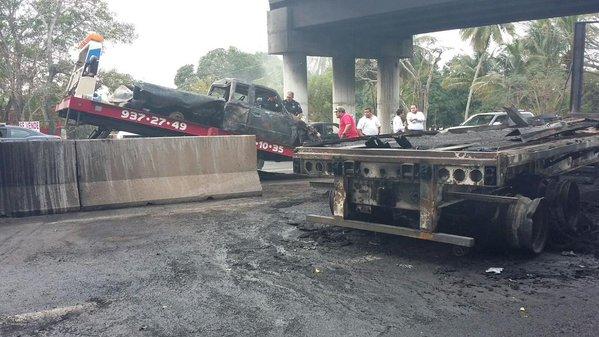 Chocan y se incendian camioneta y tráiler en el libramiento de Veracruz