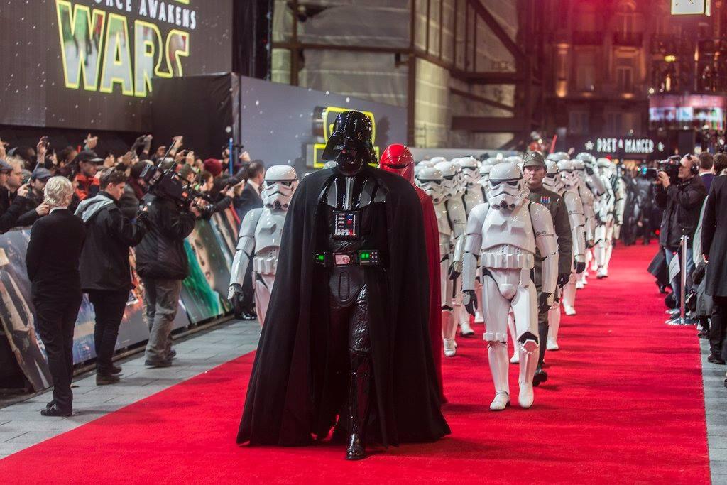 """Admiradores de Star Wars disfrutan la premier de """"El despertar de la fuerza"""""""