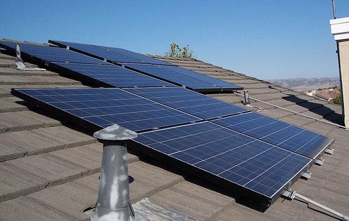 Alto costo hace que familias no usen los paneles solares