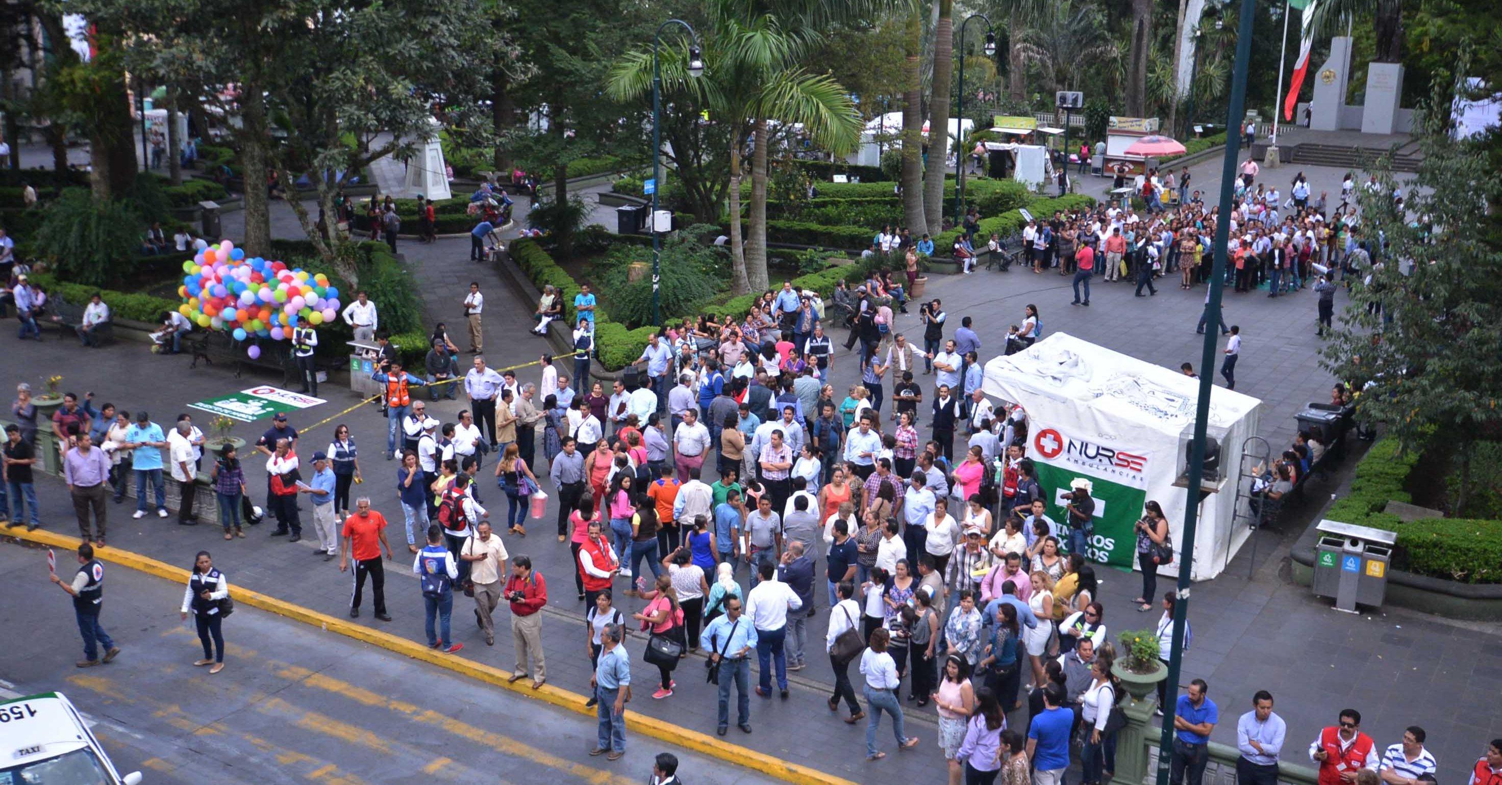 Desalojan el Palacio Municipal de Xalapa por simulacro de amenaza de bomba