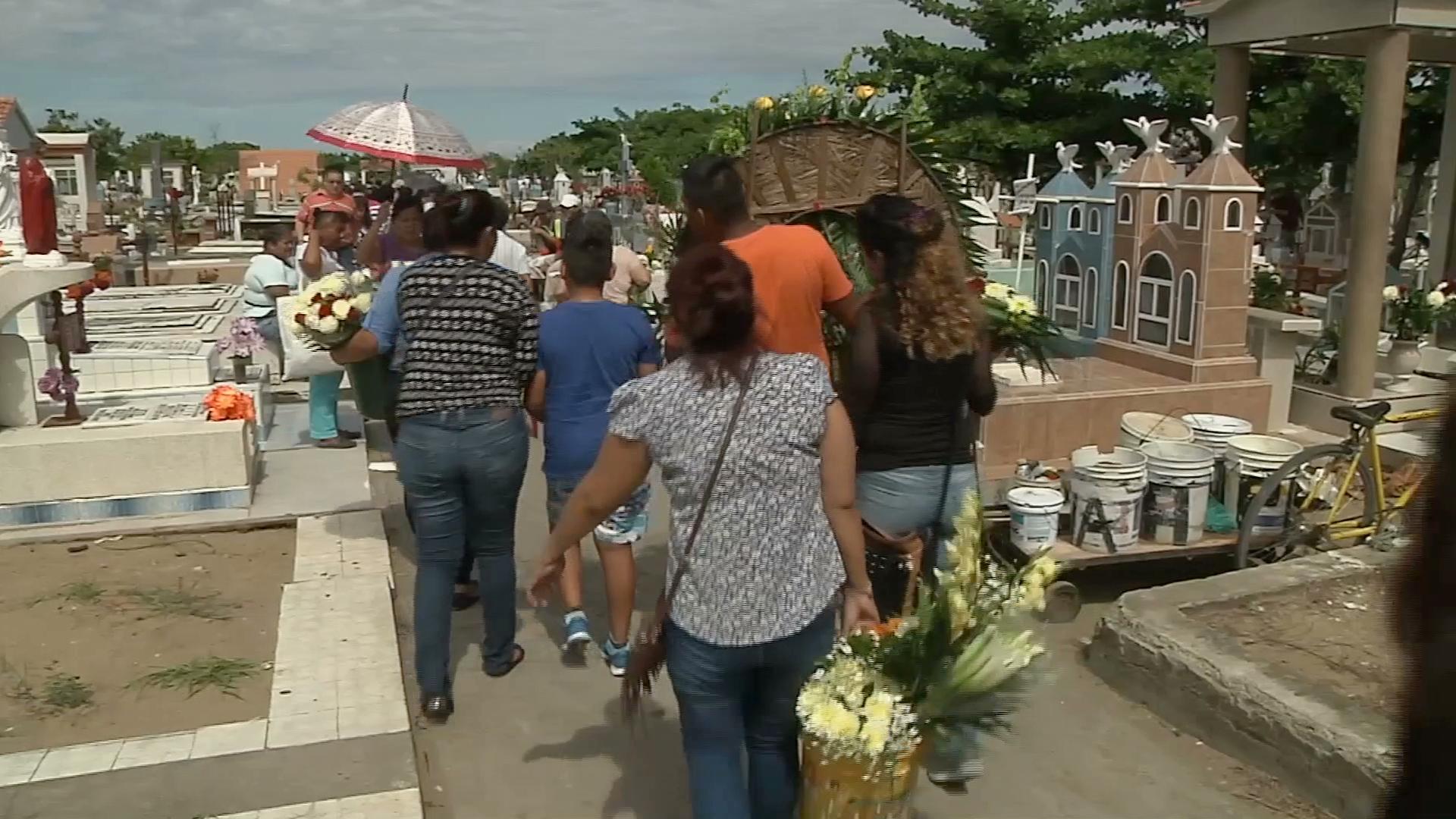 Aumentan visitas en el panteón Jardín, en Veracruz