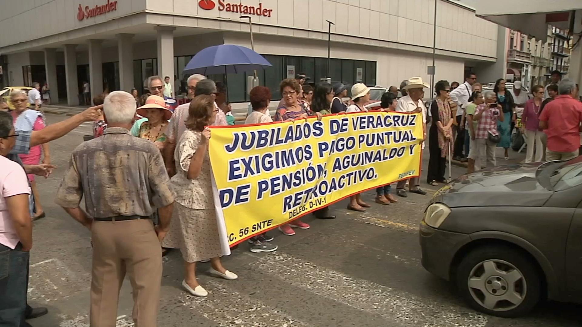 Pensionados bloquearon el centro de Veracruz ante falta de pagos