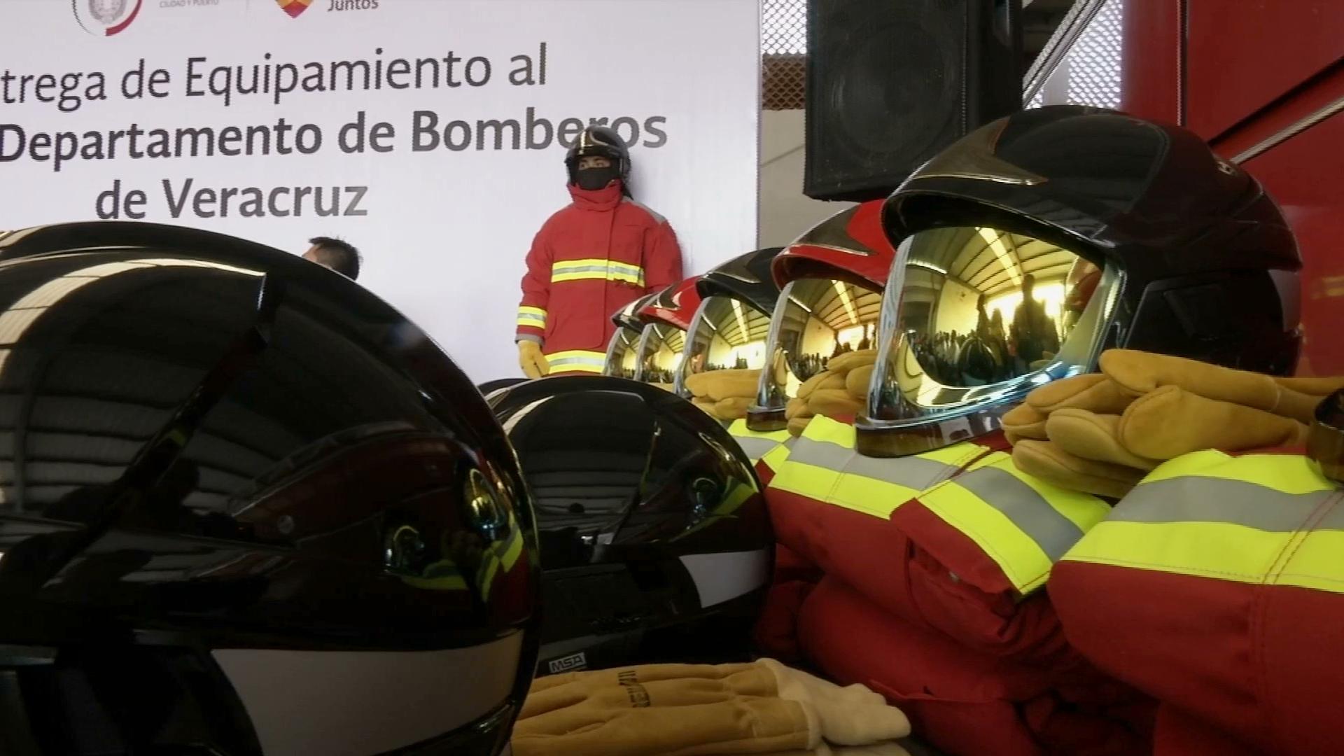 Entregan trajes nuevos al Heroico Cuerpo de Bomberos de Veracruz